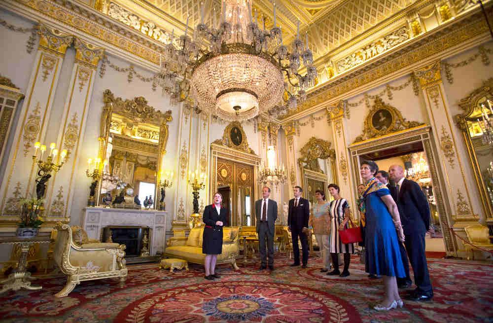 Buckingham Palace at Christmas, Christmas tour Buckingham, Queen at Christmas, Royal London in December